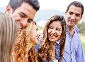 Skupina přátel, mluví — Stock fotografie