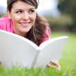Woman reading at the park — Stock Photo