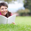 Girl reading at the park — Stock Photo