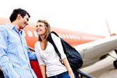 ζευγάρι που ταξιδεύει με αεροπλάνο — Φωτογραφία Αρχείου
