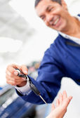 Mechanic handling car keys — Stock Photo