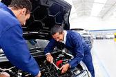 Mecânicos consertando um carro — Foto Stock