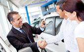 çift bir araba satın alma — Stok fotoğraf