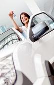 Femme heureuse, achat d'une voiture — Photo