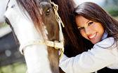 Femme caresser un cheval — Photo