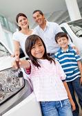 Comprando um carro de família — Foto Stock