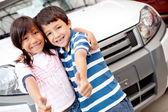 幸せな子供たちの車を買う — ストック写真