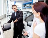 Coppia di acquisto di un auto — Foto Stock