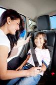 車のシートベルトを締め — ストック写真