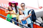 乘飞机旅行的家庭 — 图库照片