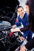 Kvinna på mekaniker — Stockfoto