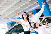 Famille excité l'achat d'une voiture — Photo