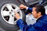 Mechanic working on a car — Fotografia Stock