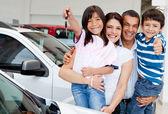 Familj med nycklar i ny bil — Stockfoto