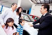 Familia con un vendedor de autos — Foto de Stock