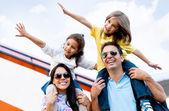 οικογένεια που ταξιδεύει με αεροπλάνο — Φωτογραφία Αρχείου