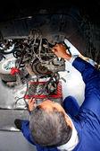 Meccanico auto di fissaggio — Foto Stock
