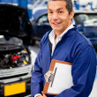 Foto Stock: Mechanic at car garage