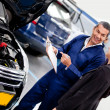 Foto Stock: Womtalking to car mechanic