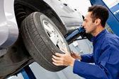 Mekaniker reparing en bil — Stockfoto