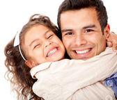 Meisje haar vader knuffelen — Stockfoto