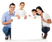 Familjen håller en banderoll — Stockfoto