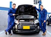 Mechanica aan een auto reparatiewerkplaats — Stockfoto