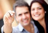 Couple holding keys — Stock Photo