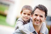 Baba oğlunu taşıyan — Stok fotoğraf