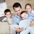 Father reading to children — ストック写真