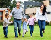 Familie im freien ausgeführt — Stockfoto