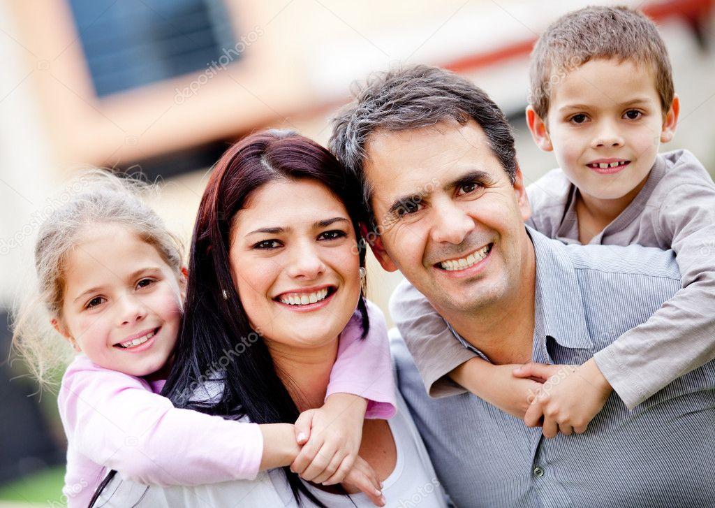 Feliz familia sonriendo — Foto de stock © andresr #9677805