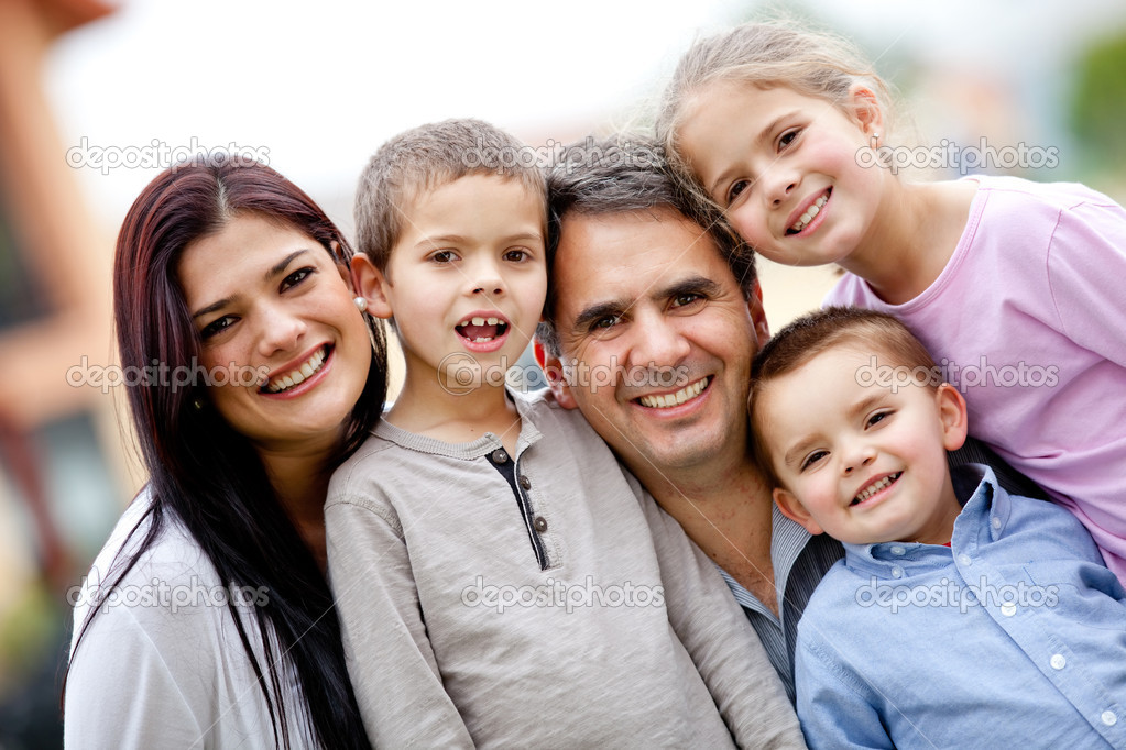 Five member family portrait looking happy — Stock Photo #9677807