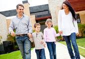 Familia fuera de casa — Foto de Stock