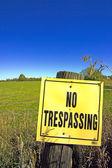No Trespassing-Sign-vertical — Stock Photo