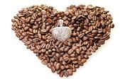 Grains de café de forme de coeur avec un pendentif en argent — Photo