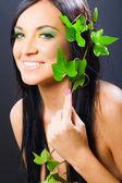 Sonrisa de mujer glamour belleza, flor, maquillaje, niña de cabello oscuro, modelo — Foto de Stock