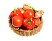 Vegetarische mix van gezond fruit in rieten mand geïsoleerd op witte bac — Stockfoto