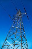 Höga elektriska pylon på blå himmel som bakgrund — Stockfoto