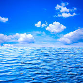 Beautiful view of blue sky with white clouds and ocean as background to des — Stock Photo