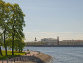 Neva River Embankment overlooking the Vasilyevsky island in St. — Stock Photo