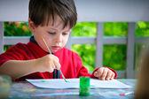 可爱小男孩绘画用画笔 — 图库照片