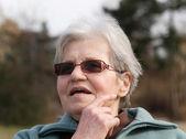 Zufriedene alte Dame — Stockfoto