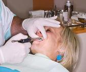 Señora madura recibir anestesia local — Foto de Stock