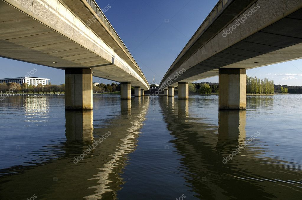 Commonwealth Avenue Bridge leading to Canberra Parliament House, reflection in Lake Burley Griffin — Stock Photo #8226177