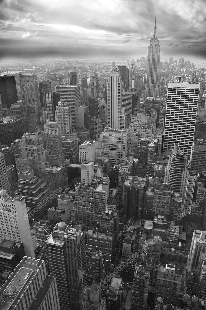 New York black and white vertical photo, Empire State Building visible in distance — Stock Photo #9397204