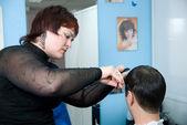 Il parrucchiere fa acconciatura di un uomo — Foto Stock