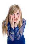 ショックや h をカバーする長いブロンドの髪と surpised 若い女性 — ストック写真