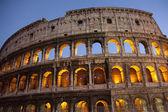 Kolosseum in der abenddämmerung, rom — Stockfoto