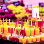 Multicolor cold fruit juices in ice, La Rambla Barcelona, La Boqueria — Stock Photo